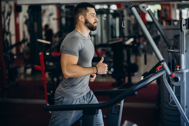 Starkes manntraining im fitnessstudio