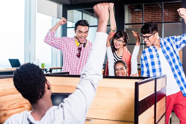 Start-up-geschäftsleute in kabinen arbeiten zusammen und haben erfolg