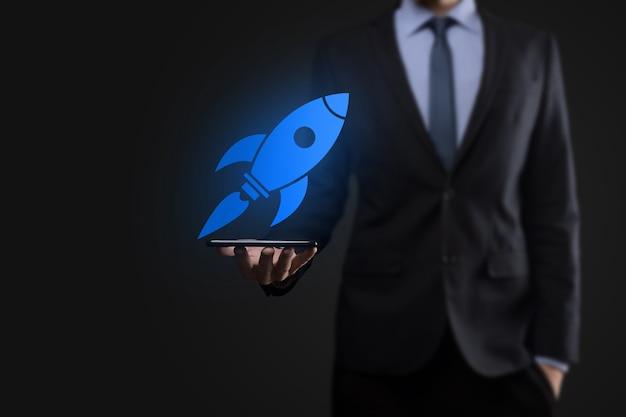 Start-up-konzept mit geschäftsmann, der eine abstrakte digitale rakete-symbolrakete hält, startet und fliegt.