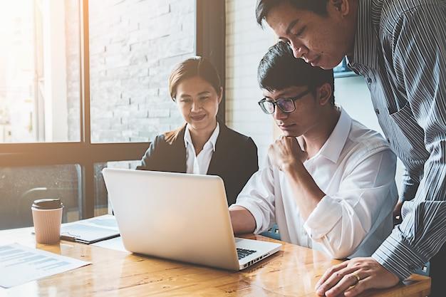 Start-up-partner arbeiten in freizeitkleidung