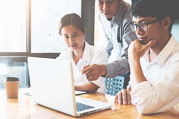 Start-up-partner arbeiten lässig und diskutieren die ideen für neue strategien