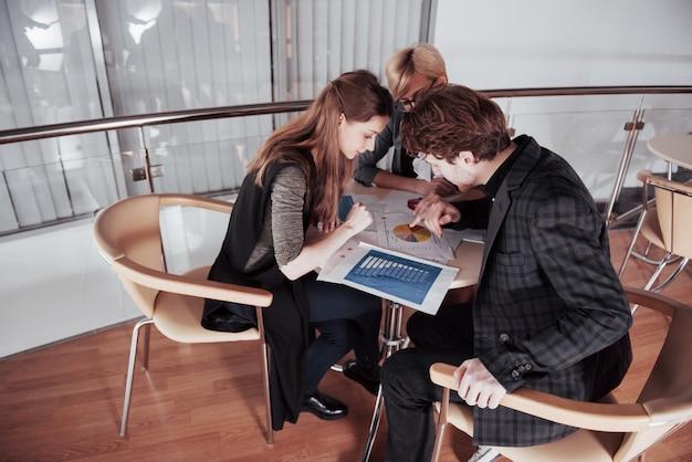 Start-up unternehmen. gruppe des jungen architekten im büro. teamarbeit