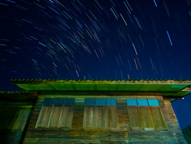 Startails im holzhausgebiet in nightasiathailand