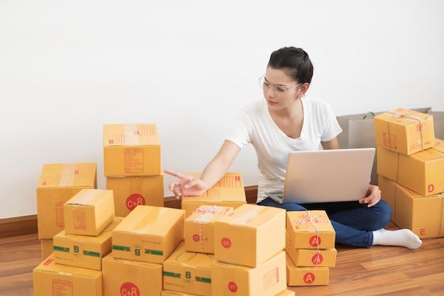 Starten sie den kleinunternehmer kmu, die neue generation des jungen unternehmers, der einen laptop für das online-geschäft verwendet