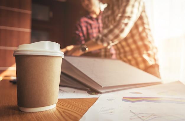 Starten sie ein co-working-team-meeting mit kaffee auf dem vordergrund