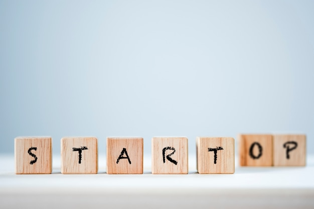 Starten und stoppen des schlüsselworts auf hölzernem kubik