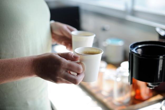 Startgeschäft-hände, die kaffeetassen halten