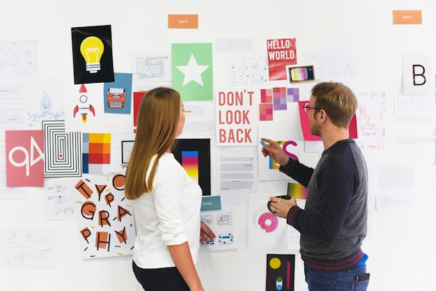 Startgeschäftsleute, die auf der strategie-brett-information durchdacht schauen