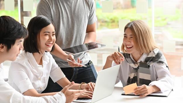 Startgeschäftstreffen, motivierte junge leute, die auf büroarbeitsplatz sprechen und sich treffen.