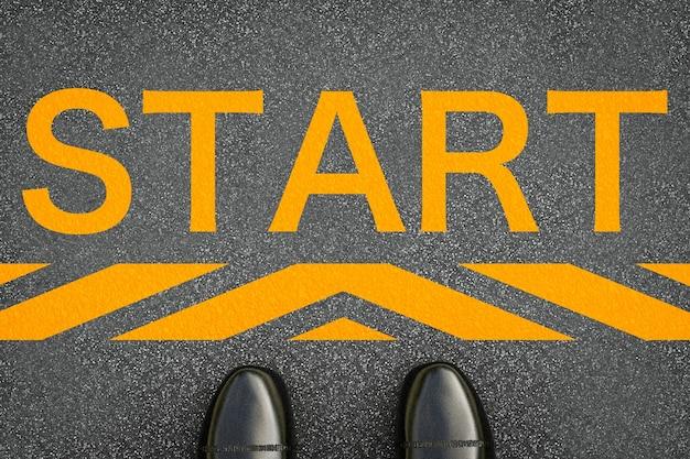 Startkonzept mit lederschuhen am start