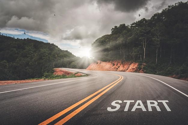Startpunkt auf der straße des geschäfts oder ihres lebenserfolgs. der anfang zum sieg.