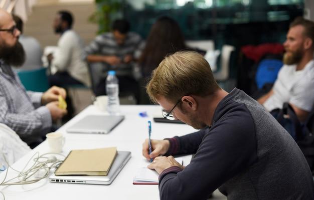 Startup business team brainstorming für meeting-workshop