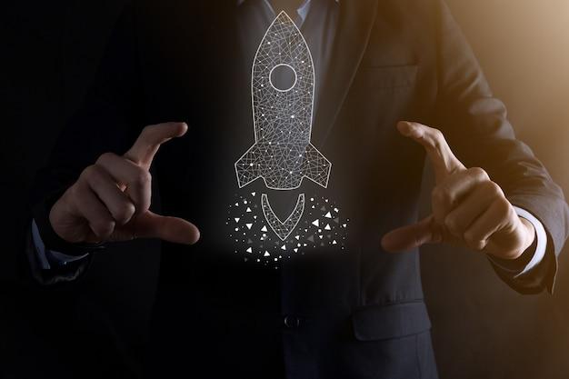 Startup-geschäftskonzept, geschäftsmann, der symbol transparente rakete hält, startet und fliegt vom bildschirm mit netzwerkverbindung auf dunkler oberfläche heraus