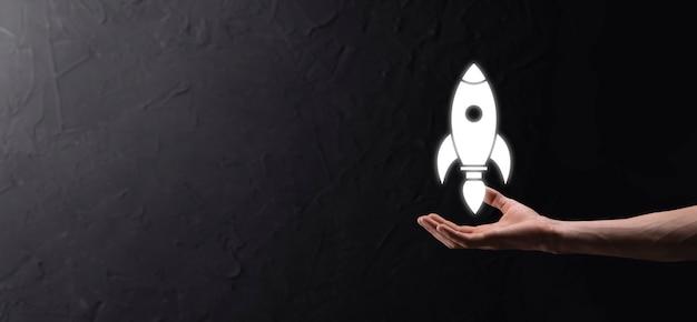 Startup-geschäftskonzept, geschäftsmann, der tablet- und icon-rakete hält, startet und fliegt vom bildschirm mit netzwerkverbindung auf dunklem hintergrund.