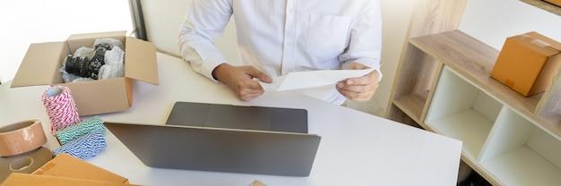 Startup-kleinunternehmer kmu, junger asiatischer mann, der mit laptop arbeitet
