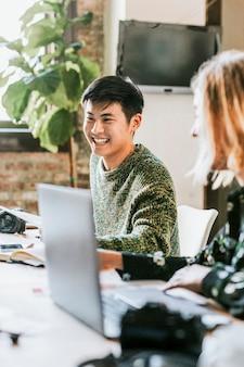 Startup-team, das in einem coworking space arbeitet