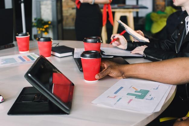 Startverschiedenartigkeits-teamwork-brainstorming-sitzungs-konzept. geschäftsteam des mitarbeiters ideen teilend und laptop und tablette verwendend.