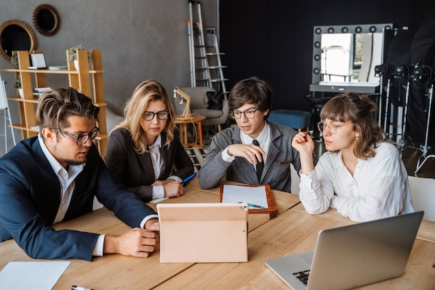Startverschiedenartigkeits-teamwork-brainstorming-sitzungs-konzept.