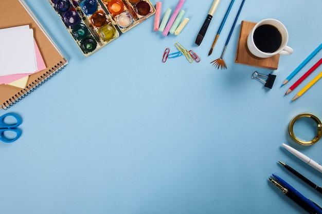 Stationär mit aquarell und kaffee auf dem tisch