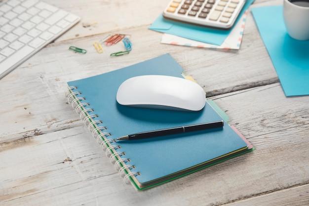 Stationär und computer mit kaffee auf dem arbeitstisch