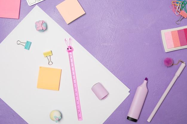 Stationär und tastatur auf hellviolettem lila hintergrund