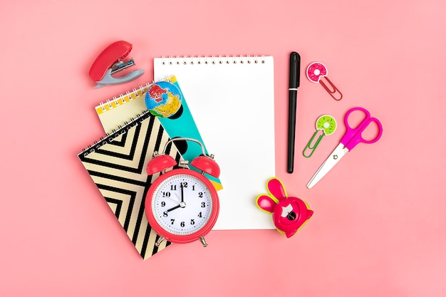 Stationär, zurück zu schule und bildungskonzept schulbedarf auf rosa, flacher lage