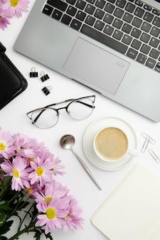 Stationäre anordnung der draufsicht auf schreibtisch mit tasse kaffee