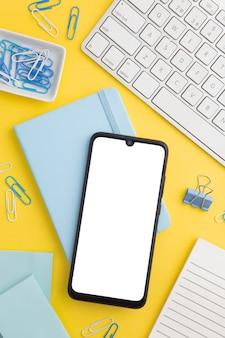 Stationäre zusammensetzung auf gelbem hintergrund mit telefon