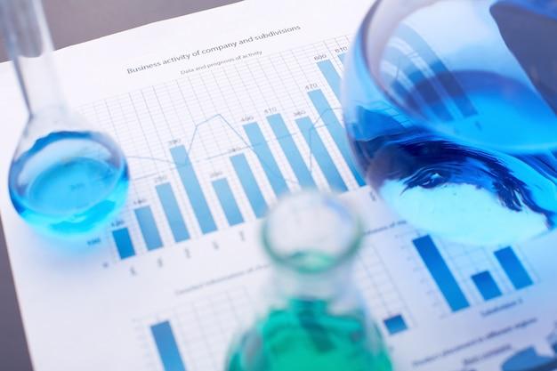 Statistische dokumente mit reagenzgläsern
