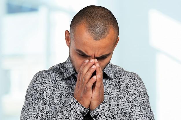 Stattlicher geschäftsmann mit einem deprimierten ausdruck