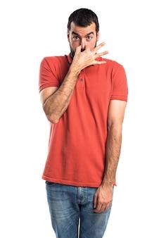 Stattlicher mann macht riechende schlechte geste