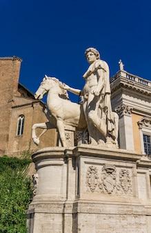 Statue der gießmaschine mit einem pferd am kapitolinischen hügel in rom, italien