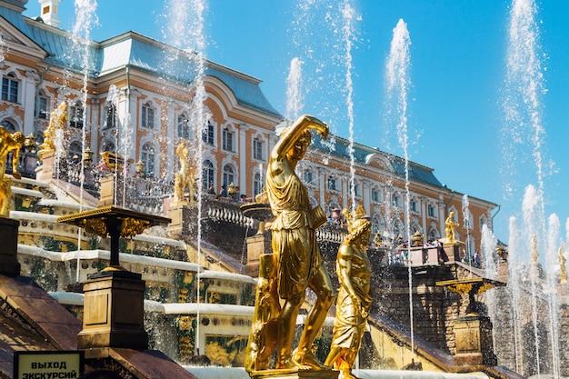 Statue der großen kaskadenbrunnen in peterhof