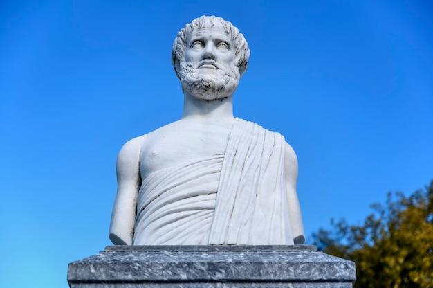Statue des aristoteles im olympiada-dorf chalkidiki griechenland