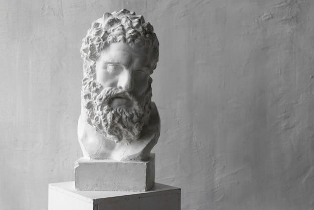 Statue des griechischen gottes im künstlerstudio