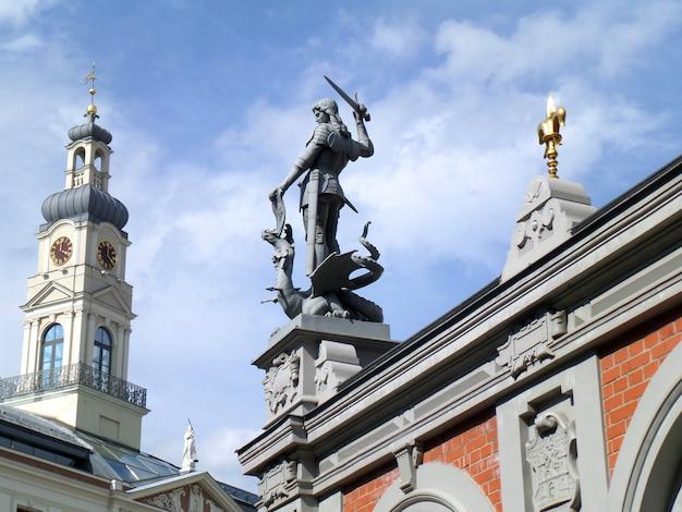Statue des heiligen michael im haus der mitesser in riga, lettland