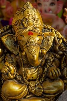 Statue des hinduistischen gottes ganesha. nahaufnahme von ganesha idol in einer künstlerwerkstatt während des ganesha festivals.