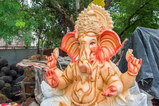 Statue des hinduistischen gottes ganesha während des festivals