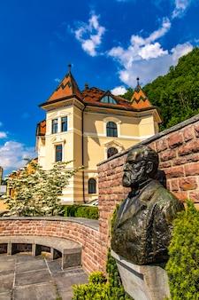 Statue des komponisten josef gabriel von rheinberger in vaduz, liechtenstein