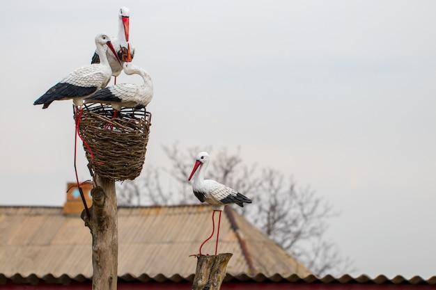 Statue eines storchs auf dem dach eines hauses