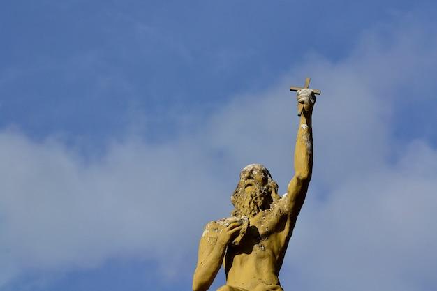 Statue fragt blaue himmel wolken