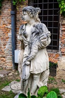 Statue im innenhof des teatro olimpico in vicenza, italien, hergestellt vom architekten andrea palladio um 1585