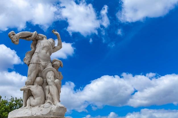 Statue la misere im tuileries-garten in paris