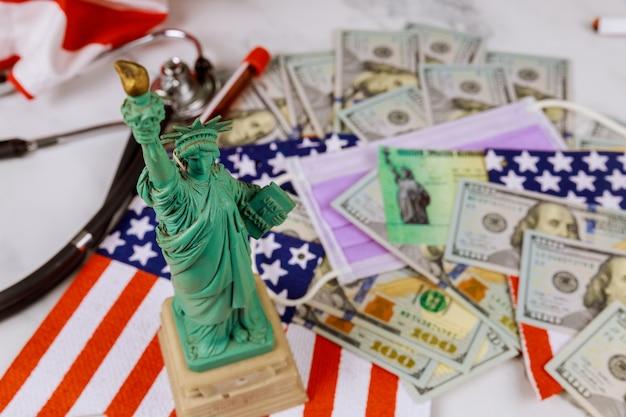 Statue liberty in der steuerperiode in den usa mit 1040 us-steuerformular, geld und kalender us-dollar geld