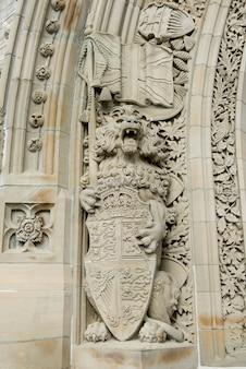 Statue schnitzte auf einem gebäude, friedensturm, parlaments-hügel, ottawa, ontario, kanada
