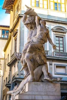 Statue vergewaltigung von polyxena von pio fedi im jahr 1865 in der loggia dei lanzi in florenz, italien