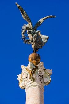 Statue vittoria alata am altar des vaterlandes in rom