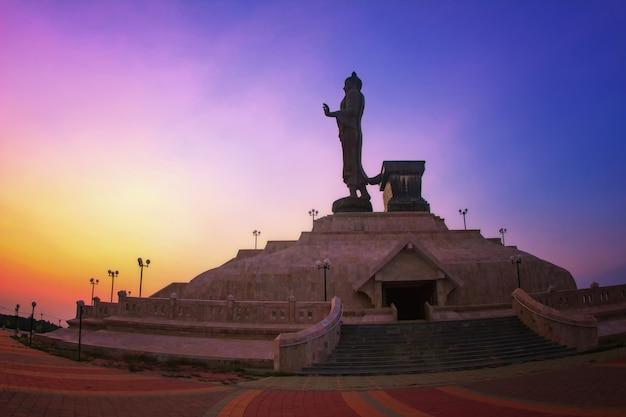 Statue von buddha mit sonnenuntergang, bethesda dunklem ton und sonnenuntergang