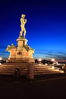 Statue von david, gelegen in michelangelo park florenz, italien