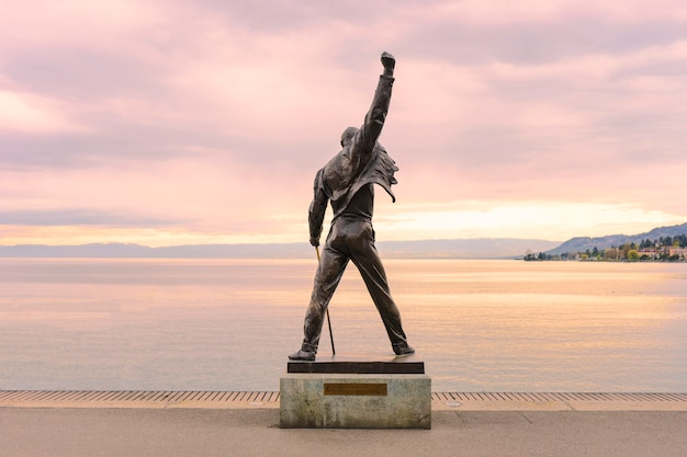 Statue von freddie mercury in der nähe des wassers